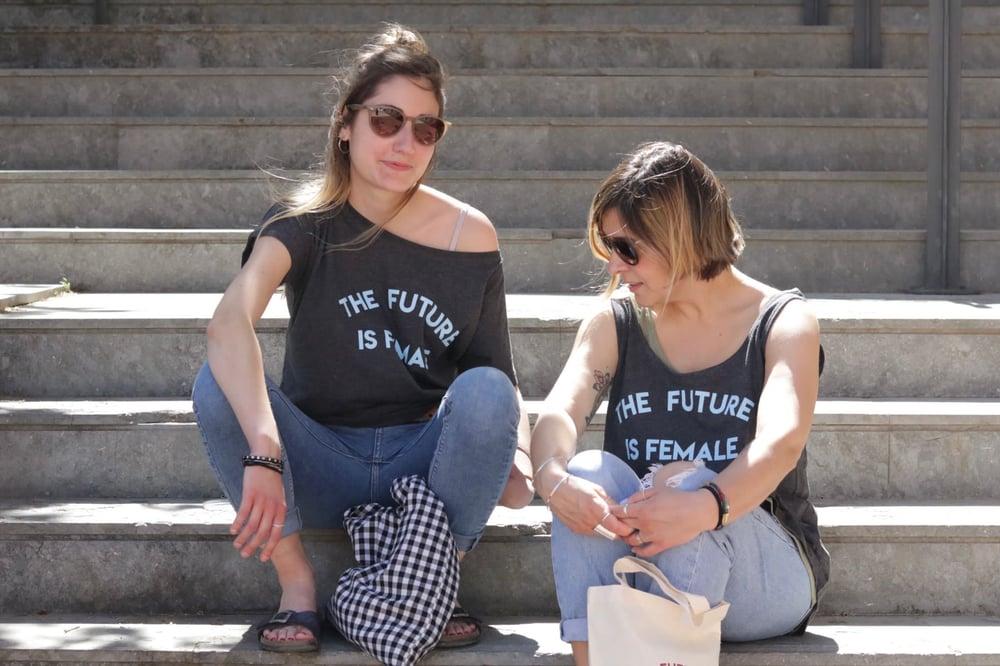 Image of Samarreta tirants ample FUTURE IS FEMALE caqui/gris
