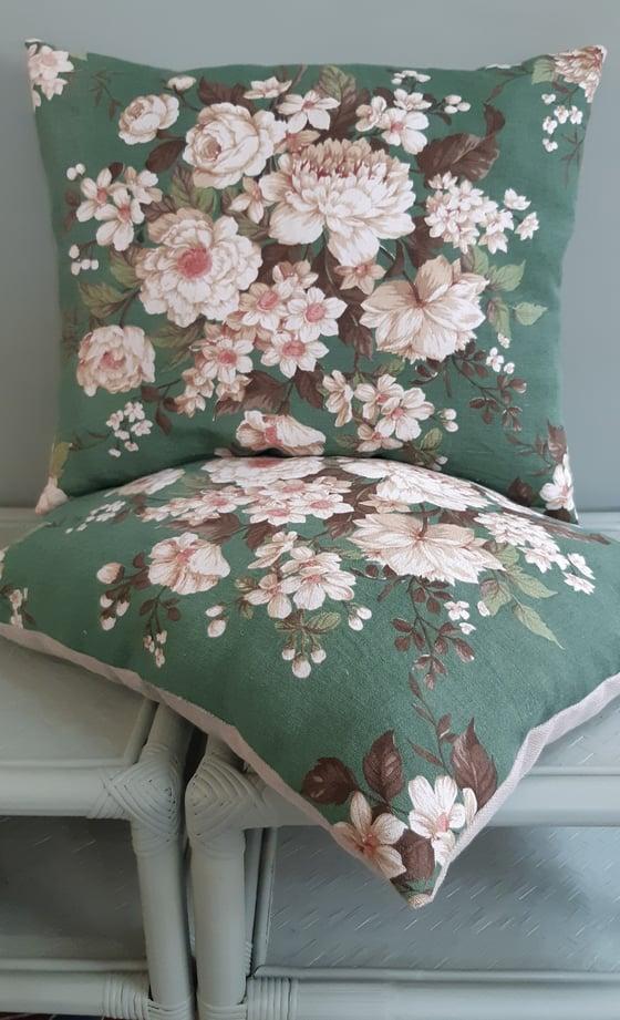 Image of Grand coussin en lin fleuri fond vert reste 1 pièce.