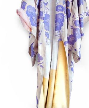 Image of Sandfarvet kimono med violet-orange valmueblomster