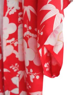 Image of Rød silkekimono med hvide blade og blomster