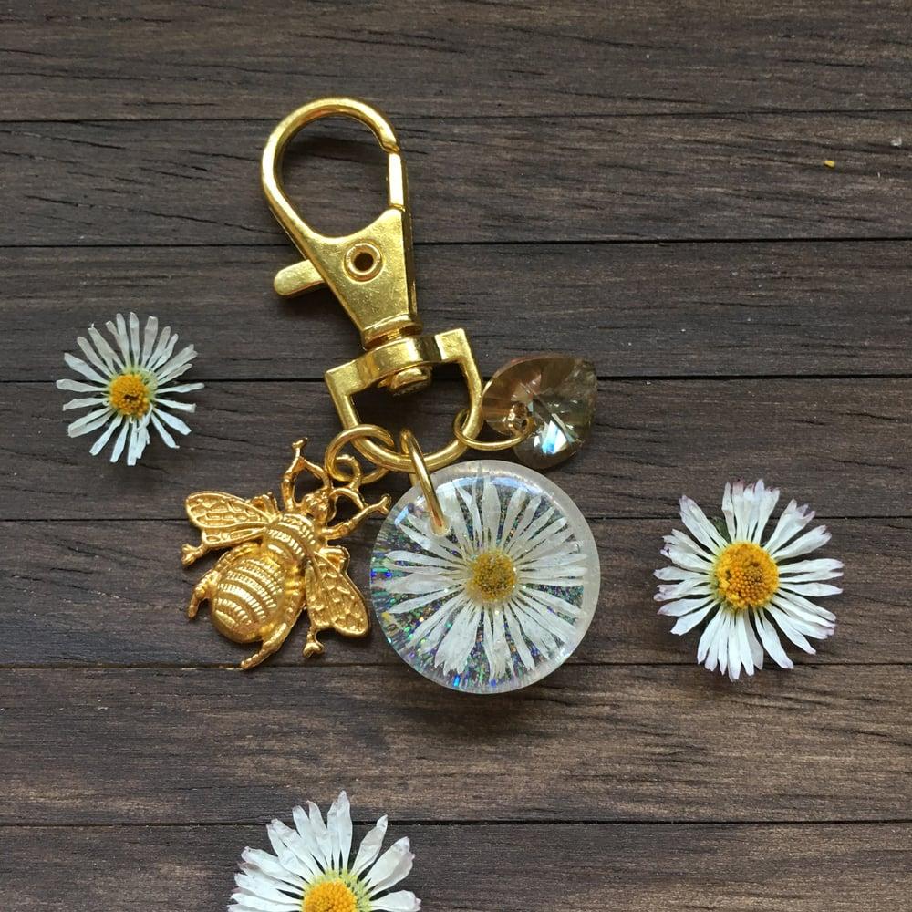 Resin Daisy & Bee Gold Swivel Bag Charm Key Ring