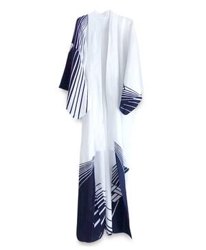 Image of Hvid bomuldskimono med blå grafiske mønstre