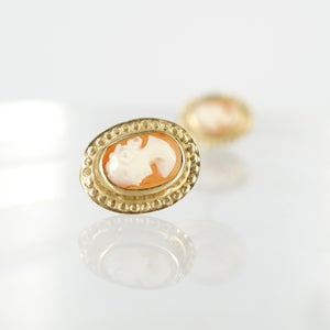 Image of 9ct yellow gold cameo earrings. E0927