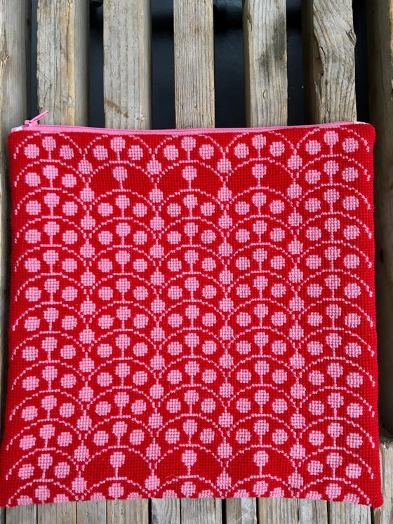 Image of GARN-ITURE EMBROIDERY KIT/ GRAPHIC DILL ( red/pink)