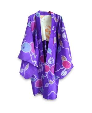 Image of Blålilla kort kimono af silke med blommer