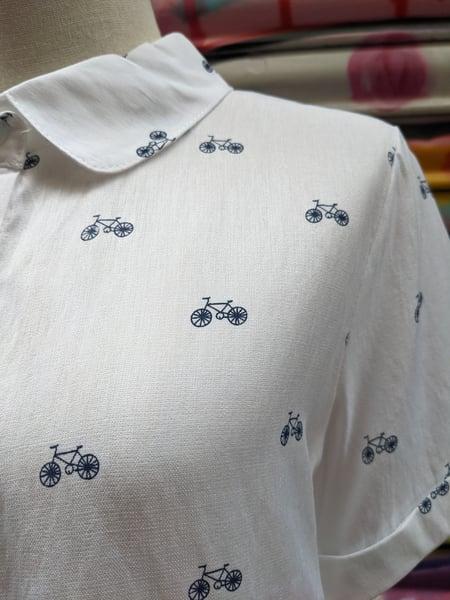 Image of Blusa blanca estampado bicicletas