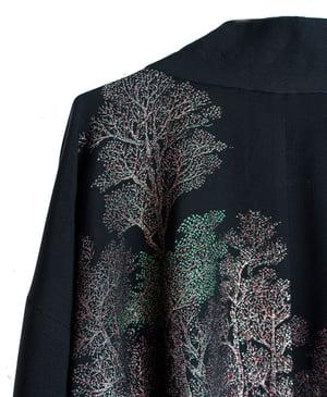 Image of Sort kort kimono af silke med metaliske træer