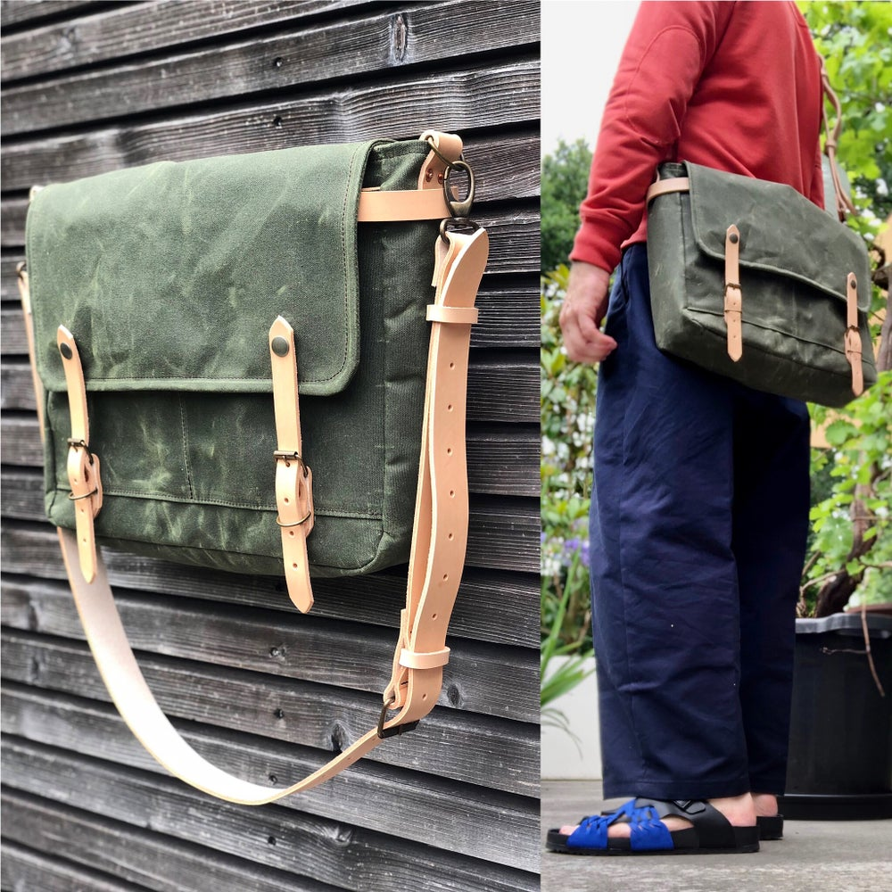 Image of Olive green messenger bag in waxed canvas / Musette with adjustable shoulderstrap UNISEX