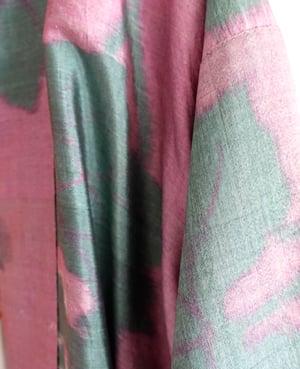 Image of Kort silkekimono - rosa med grønne druer m. blade