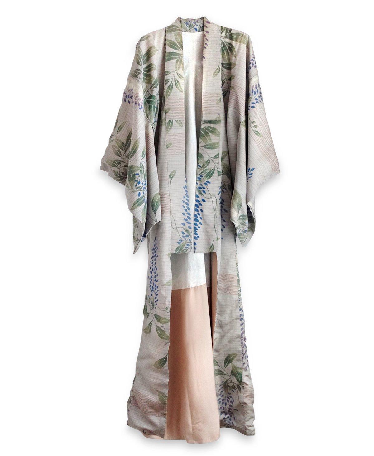 Image of Botanisk silke kimono med blåregn og blade