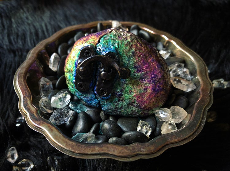 Image of Extra Large Thermal Reactive Quartz Geode Ring Box with Latch