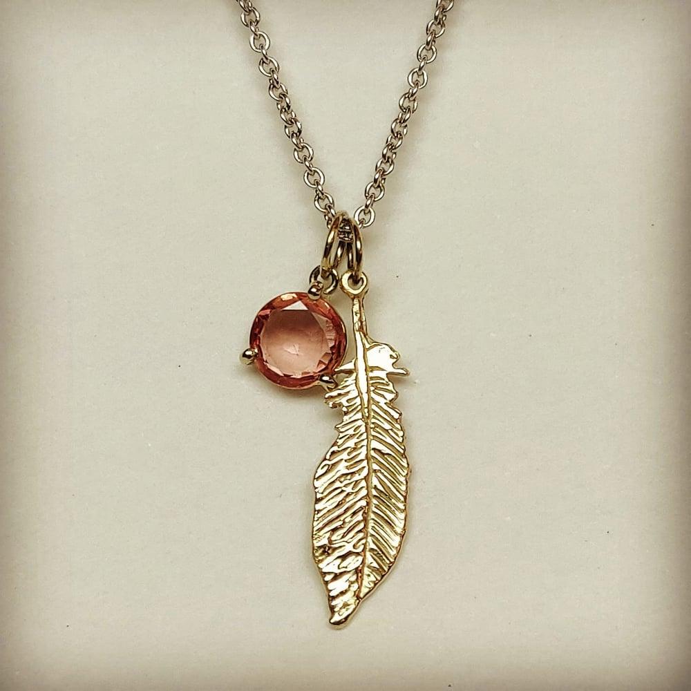 Beeld van Feather with sapphire