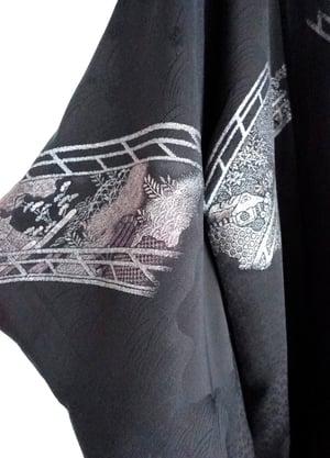 Image of sort kort kimono af silke med sølvmønster