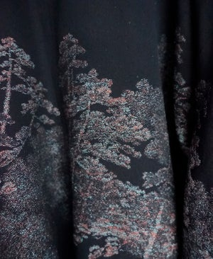 Image of sort kort silkekimono m. regnbuefarvede metaliske træer