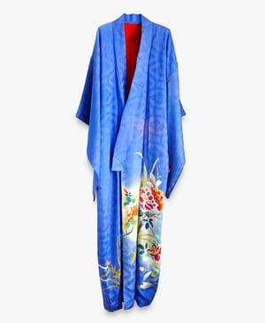 Image of Blå silkekimono med blomster kant