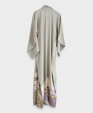 Image of Kahki-farvet silke kimono m. hvide krysantemum