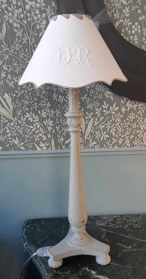 Image of Pied de lampe patiné et son abat-jour