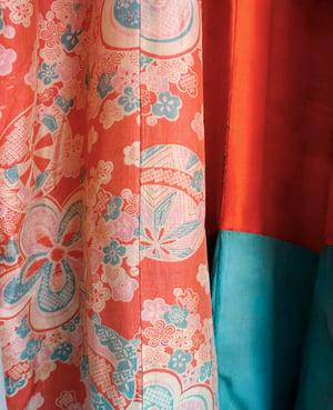 Image of Silkekimono i rødlige og turkise nuancer m sakura mønster
