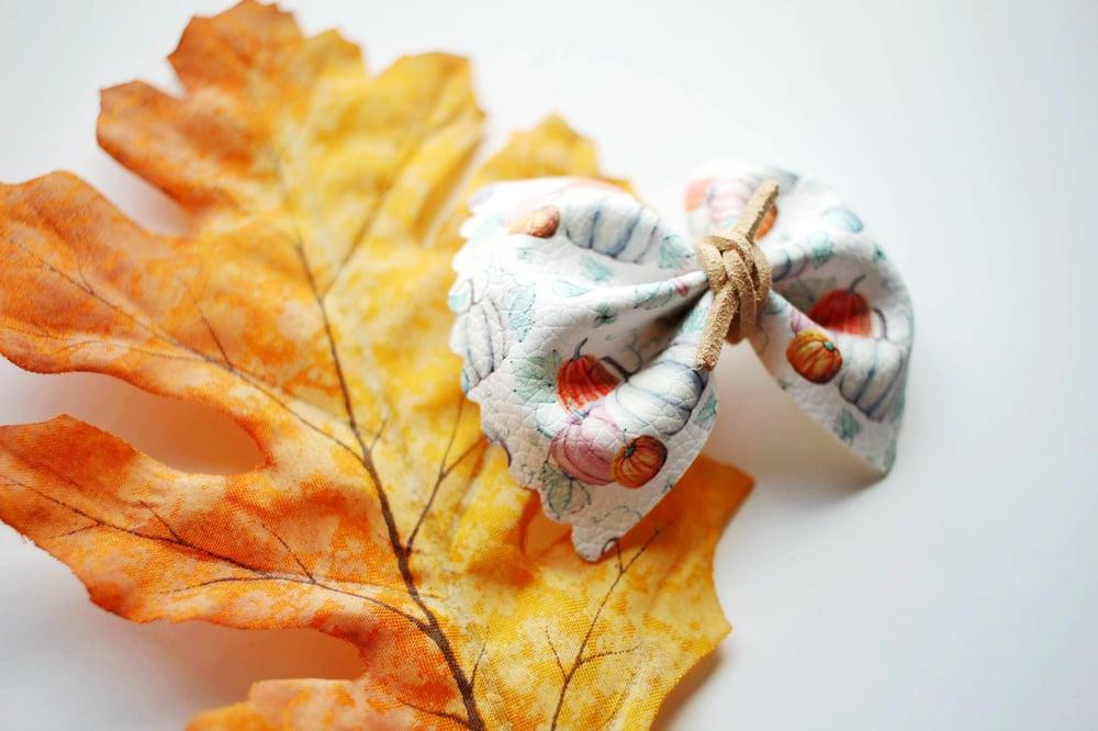 Farmhouse Pumpkin Scalloped Pinch Bow