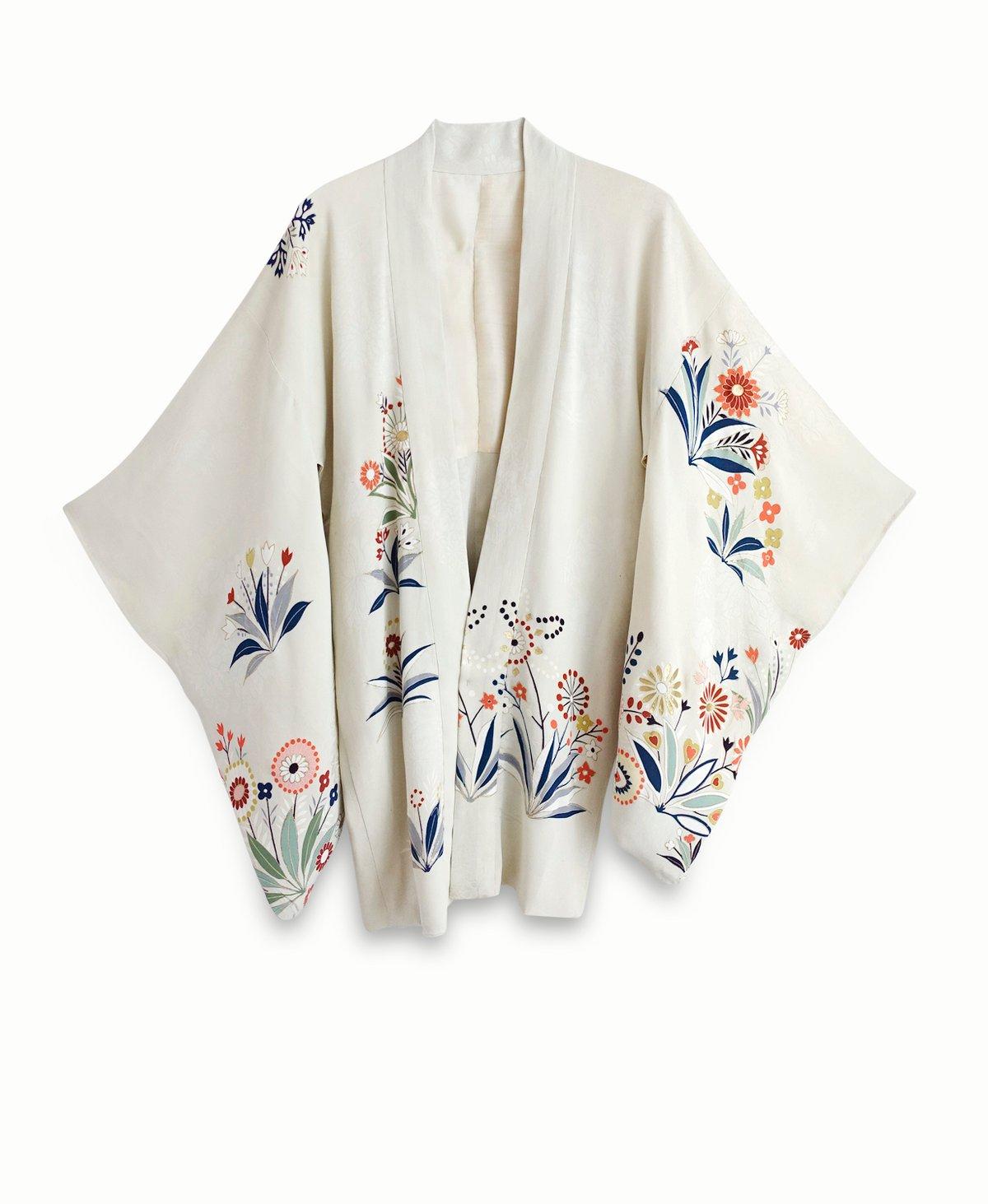 Image of Stenhvid kort kimono af silke m. stilistiske blomster
