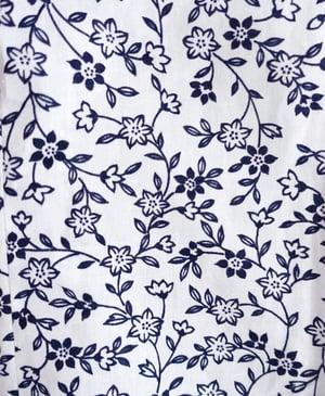 Image of Ny hvid bomuldskimono med marineblå småblomster inkl. bælte