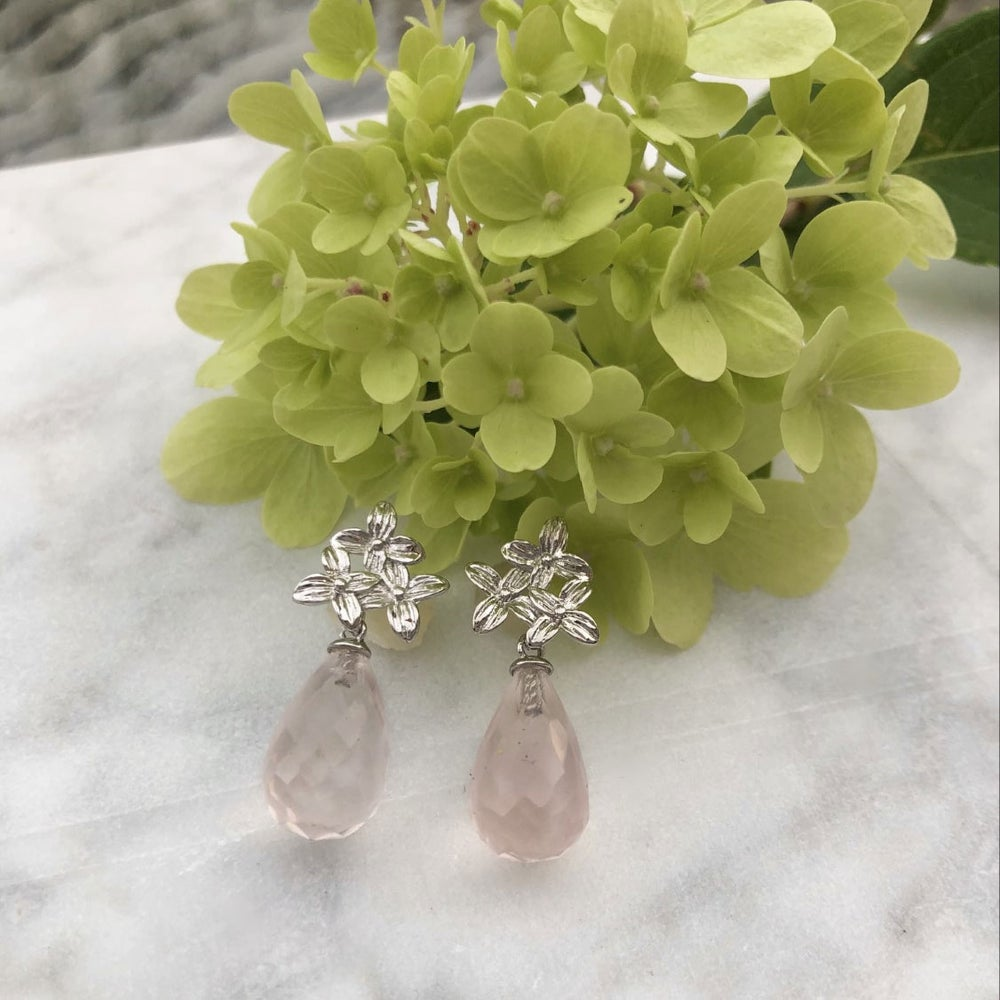 Image of Øredobber med sølvblomster og sart rosa fasettslipte dråper av rosenkvarts