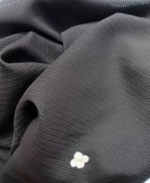 Image of Sort silkekimono med hulmønster
