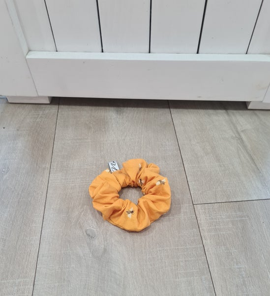 Image of Bee scrunchie.
