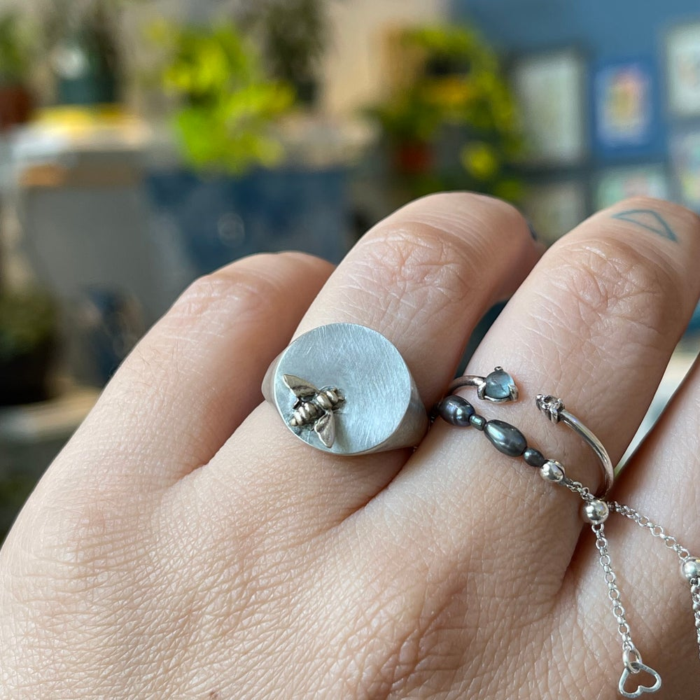Image of bee signet ring