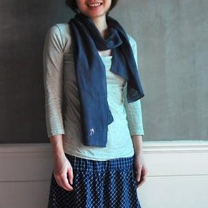 Image of Cotton Double Gauze Embroidered Bird Scarf/二重棉紗燕子綉花圍巾 (code: 097)