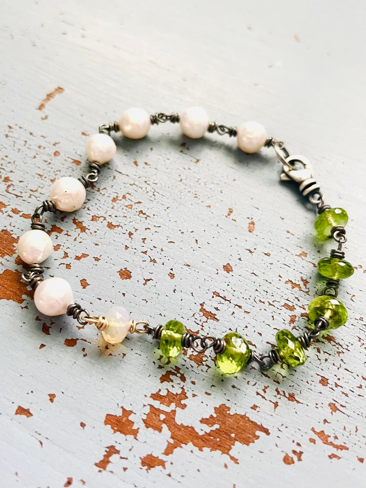 Image of peridot and baroque pearl bracelet