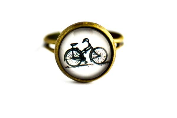 Image of Bague 'Vélo rétro' illustration bicyclette coloris rétro sous verre