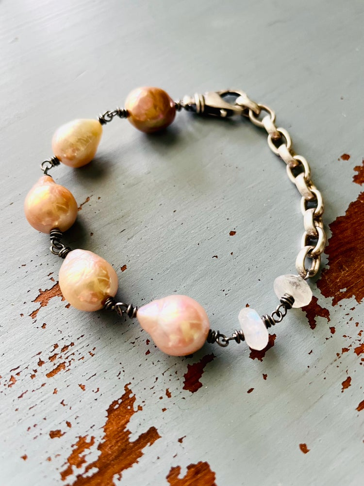 Image of Large baroque pearl and moonstone bracelet